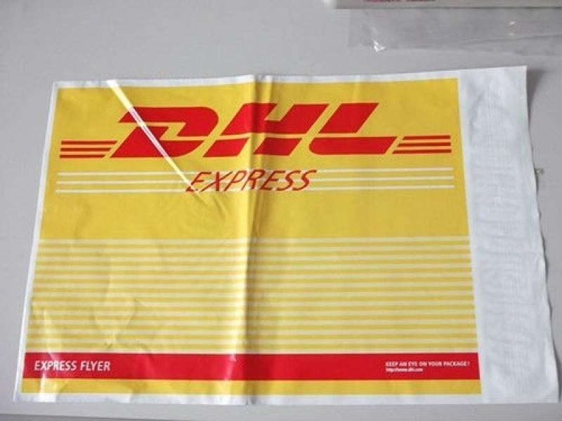 Envelope de correio com adesivo impresso