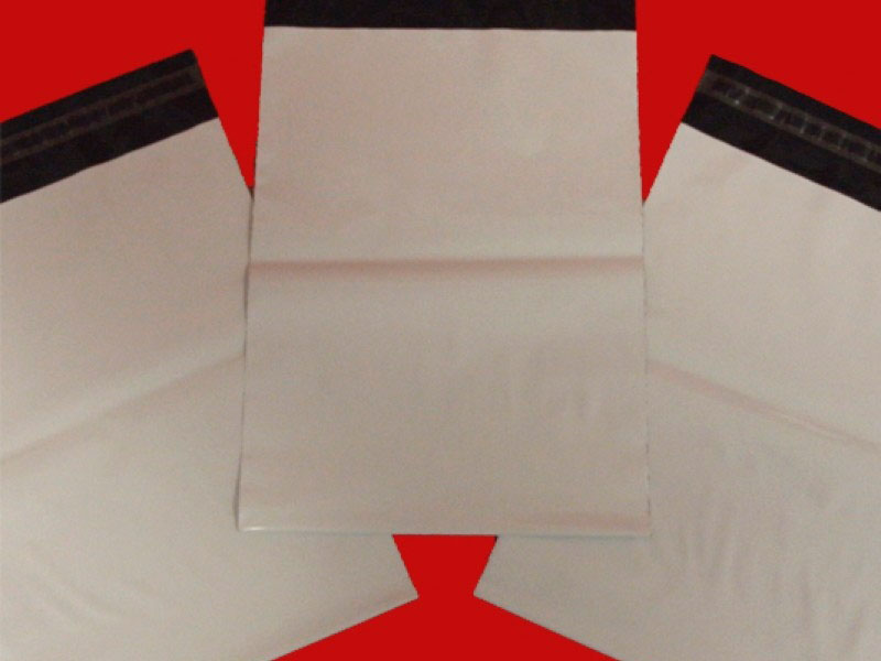 Envelope de correio com adesivos